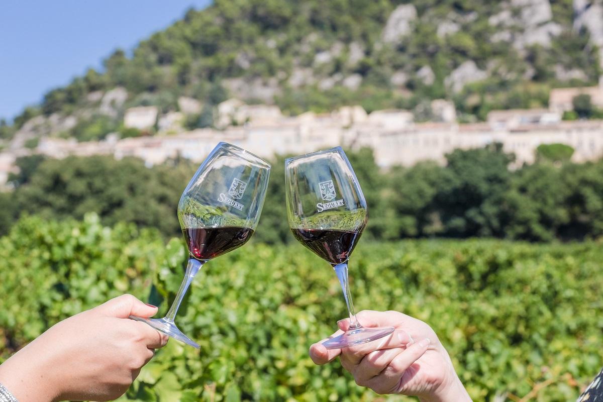 verre de vin rouge séguret  arrière plant