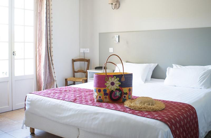 chambre-double-107-avec-lit-king-size-domaine-de-cabasse - Domaine ...