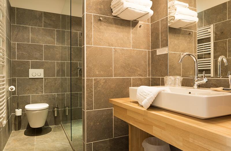 chambre-double-208-douche-italienne-domaine-de-cabasse ...