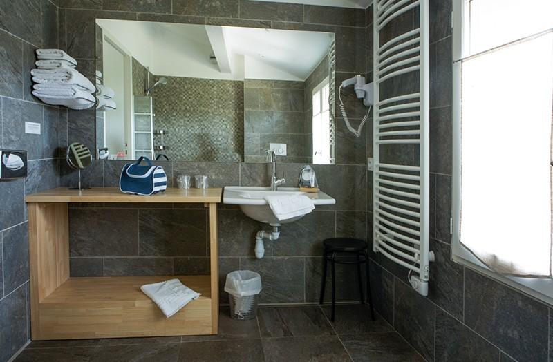 grande-chambre-double-201-douche-italienne-domaine-de-cabasse ...