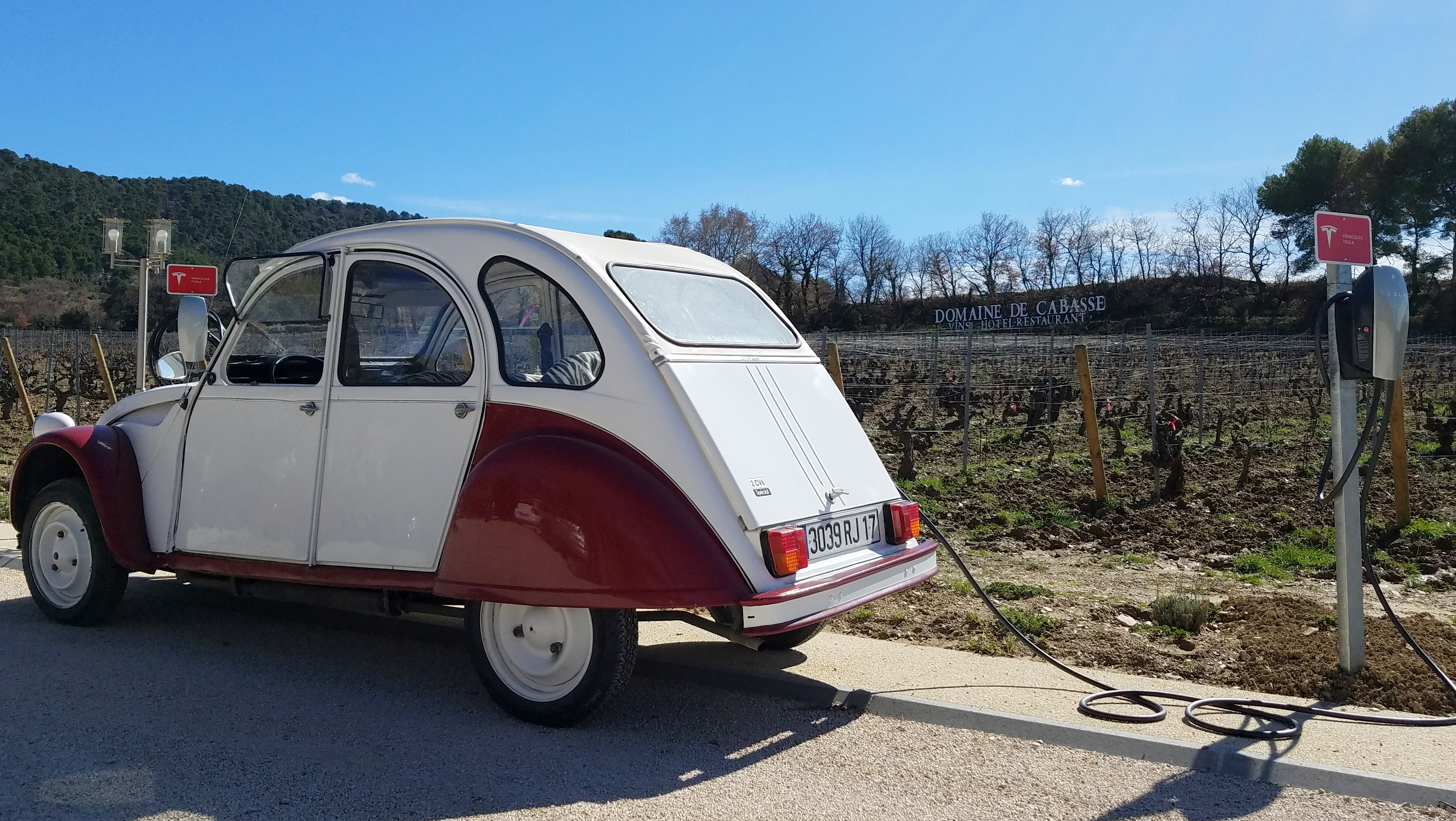 The 2CV Tesla from the Domaine de Cabasse recharges its batteries